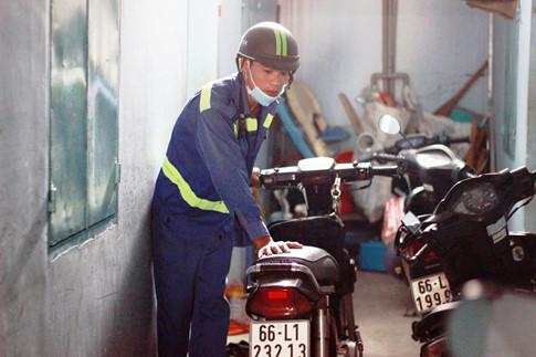 Đến ca trực, anh Tín xuất phát từ phòng trọ ở gần ngã tư An Sương (Q.12) để đến kênh Nhiêu Lộc – Thị Nghè làm việc