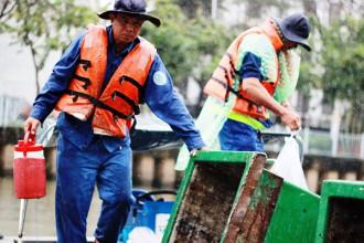 Ngoài những ngày phải đối diện với cái nắng bỏng rát của Sài Gòn, các công nhân còn cho biết bản thân ai cũng phải biết canh... con nước, canh mưa để tranh thủ chạy vào các gầm cầu để trú ẢNH: TRÁC RIN