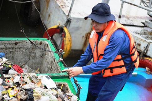 Các công nhân vớt rác cho biết ngoài vì cuộc sống mưu sinh, động lực để họ gắn bó với nghề là tình yêu nghề. Vậy nên có hôm rác nhiều, họ làm tới tối mịt mới chịu giao ca trở về nhà