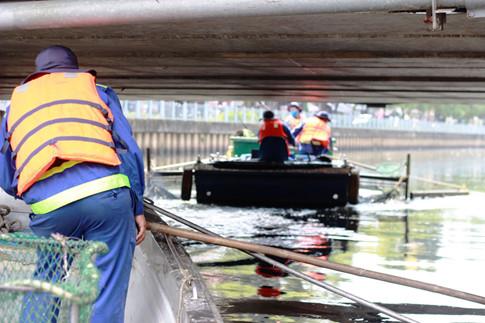 Các công nhân phải biết canh con nước lên xuống, lỡ khi nước dâng cao mà chưa trở về bến kịp thì bị mắc kẹt lại ở những cây cầu có gầm thấp
