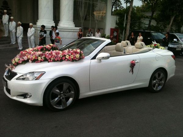 Cho thuê xe Lexus mui trần màu trắng hiện đại và trẻ trung cho ngày cưới.