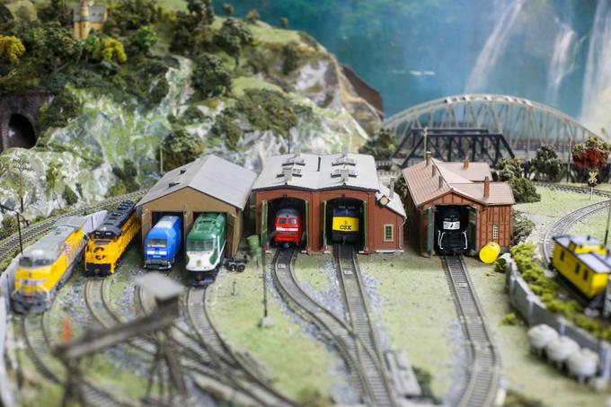 Hầu hết các mô hình xe lửa, đường ray, nhà gà, kho hàng... của ông Được đều mua từ nước ngoài, có kiểu dáng và các chi tiết như thật với tỷ lệ được thu nhỏ lại.