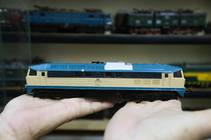 """Cầm trên tay một mô hình xe lửa xe lửa diesel, ông Được nhớ lại: """"Đây là mô hình đầu tiên tôi mua vào năm 1991 ở công viên Lê Văn Tám. Tôi mua với giá khoảng 110.000 đồng, một số tiền khá lớn lúc bấy giờ. Từ đó, mỗi lần đi lưu diễn ở châu Âu tôi đều mua mô hình xe lửa mang về. Bạn bè có đi Anh, Mỹ, Nhật... tôi cũng nhắn mua giùm""""."""