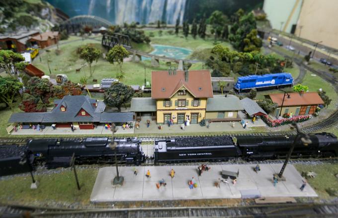 """Theo ông, chơi mô hình xe lửa thì phải có sa bàn mới sinh động. Năm 1996, nghệ sĩ bắt tay vào nghiên cứu cách làm sa bàn với quang cảnh tàu xe, đường ray, nhà ga... Sau 6 tháng xây dựng, ông đã có một sa bàn dài 3 m, rộng 2,4 m để thỏa mãn thú đam mê. """"Tôi thiết kế sa bàn theo phòng cách hệ thống tàu lửa của phương Tây với những nhà ga mái ngói đỏ, tàu uốn lượn qua vách núi..."""", ông cho biết."""
