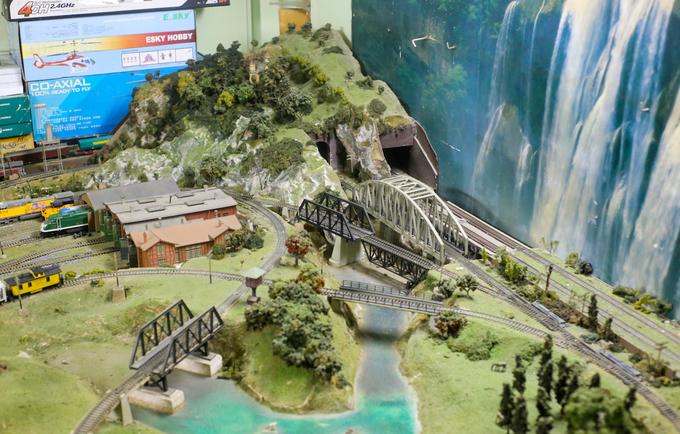 Một số chi tiết như cây xanh, đồi núi, cầu sắt... ông phải tự chế tạo. Trên sa bàn, nghệ sĩ thiết kế hầm và đèo Hải Vân bằng xi măng và Cầu Ghềnh (TP Biên Hòa, Đồng Nai).