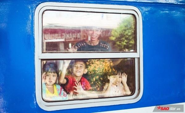 Vì chuyến tàu Bắc-Nam hôm nay là chuyến đặc biệt: Chuyên chở mọi người về với bến quê hương.