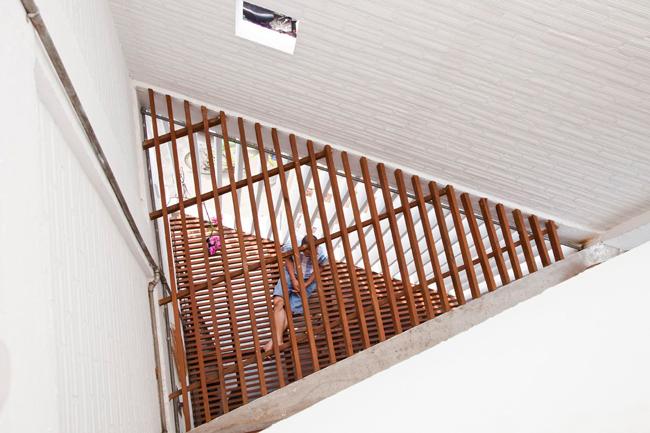 Hệ lam gỗ được sử dụng ở khoảng thông tầng, vừa giúp chiếu sáng, đảm bảo thông gió, vừa có thể tận dụng để mở rộng thêm diện tích sử dụng.
