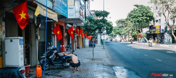 Sài Gòn hôm 30 Tết: Là 2h chiều, con đường Điện Biên Phủ hằng ngày vẫn động nghịt người đã vãn tiếng ồn ào. Trên phố, cờ đỏ đã được treo ngay ngắn trong ngày cuối cùng của năm.