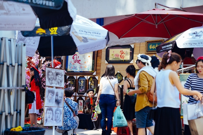Ngoài ra, khu vực bên trong bán nhiều đồ trang trí dành cho dịp Tết.