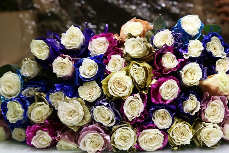 Năm nay hồng nhuộm màu lạ như hồng 3 màu bi-color, hồng 7 màu phủ tuyết đã trở thành xu hướng tặng hoa độc lạ vào những dịp ngày lễ tình nhân.