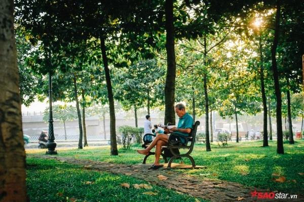 Sài Gòn hôm 30 Tết: Là 6h sớm tinh mơ, ông lão thong dong đọc tin tức giữa công viên.