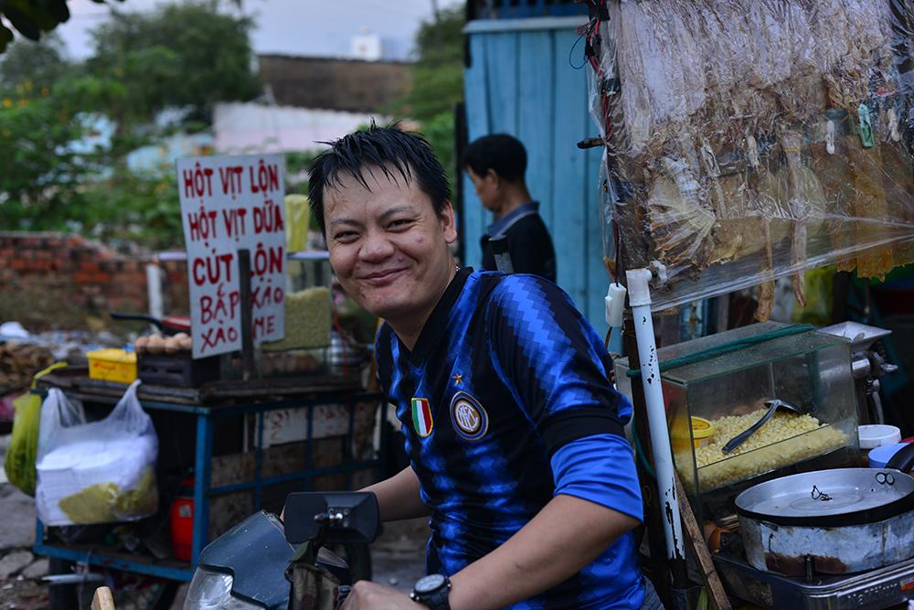 """Anh Hoàng làm nghề bán trứng vịt lộn cho biết: """"Gia đình tôi ở miền Trung vào đây kiếm sống hơn 10 năm, do ở đây thuê nhà rẻ, mỗi người chia nhau chỉ khoảng 200 nghìn đồng/tháng. Ở riết cũng quen...""""."""