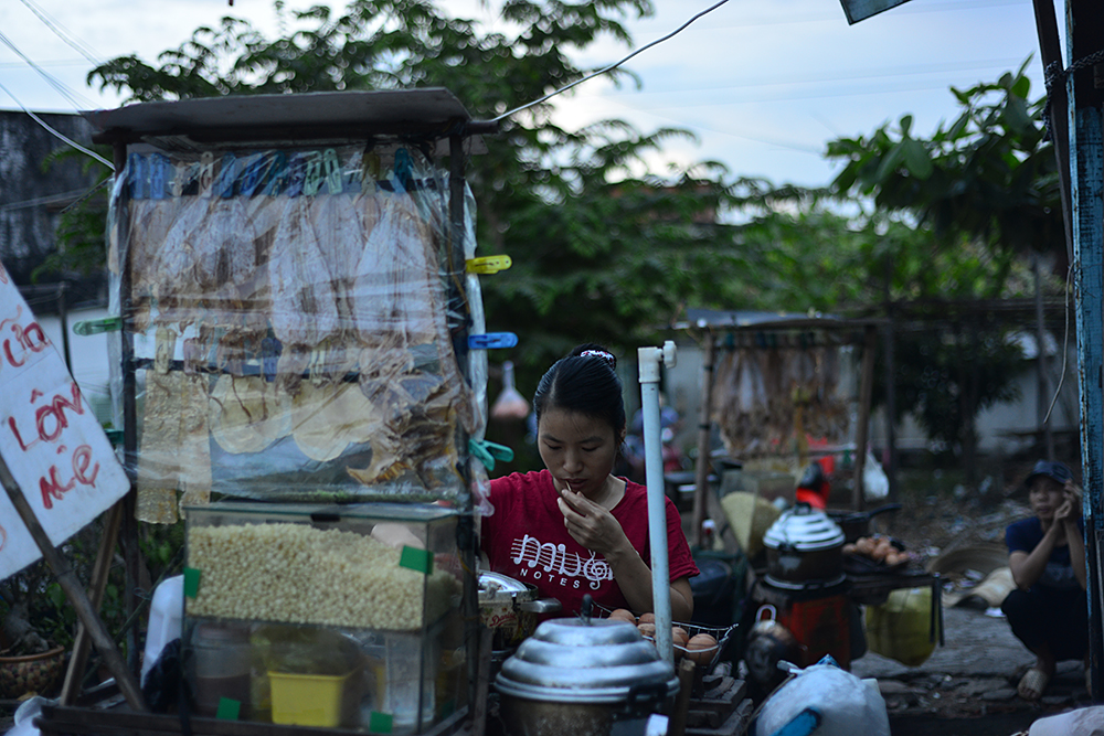 Ngày qua ngày, những người dân lao động trong khu ổ chuột đã trở nên quen thuộc với cuộc sống nơi đây, bởi họ chẳng biết đi đâu cư trú giữa một Sài Gòn đắt đỏ...