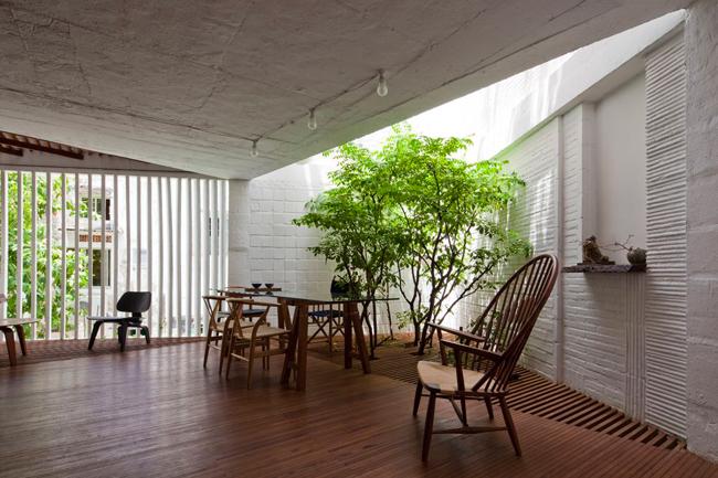 """Đây được coi là """"lá phổi xanh"""" của căn nhà, giúp ranh giới giữa bên trong và bên ngoài bị xóa nhòa."""