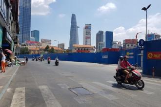 11 giờ trưa 21/2, ngay sát cổng chợ Bến Thành rất ít phương tiện di chuyển.