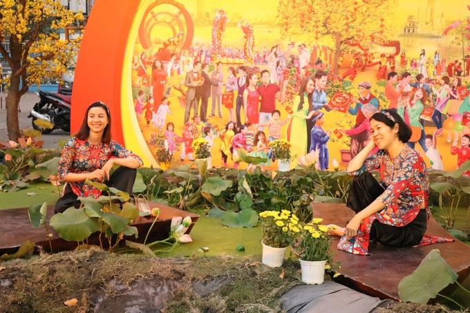 """Năm nay mốt áo dài hoa văn gạch bông """"Cô ba Sài Gòn"""" lên ngôi. Nhà văn hóa Thanh niên dành một khoảng sân rộng để trang trí thêm tiểu cảnh, phục vụ nhu cầu của các quý cô Sài Gòn."""