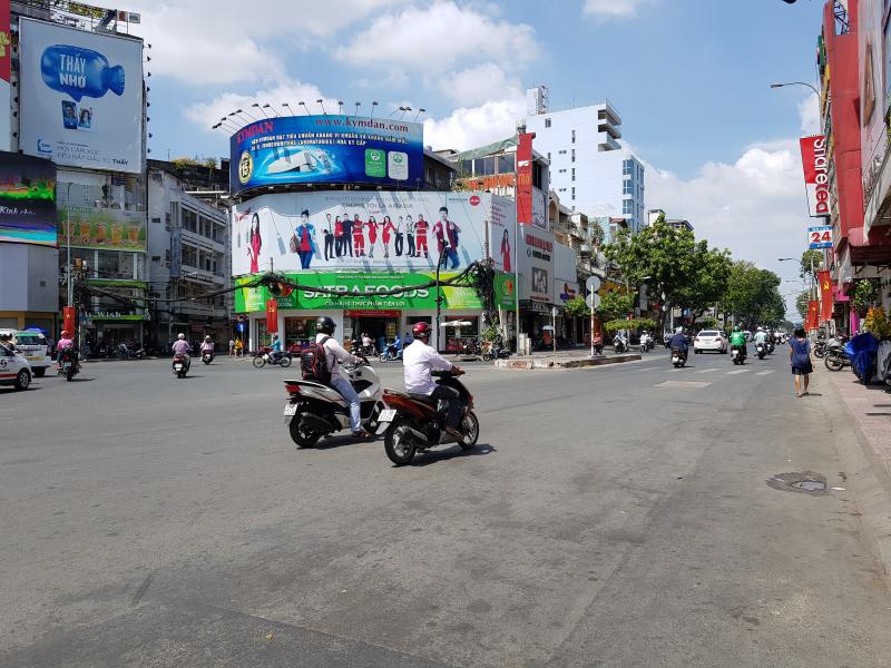 Đường Cách Mạng Tháng 8 cắt Nguyễn Trãi Quận 1. TP.HCM.