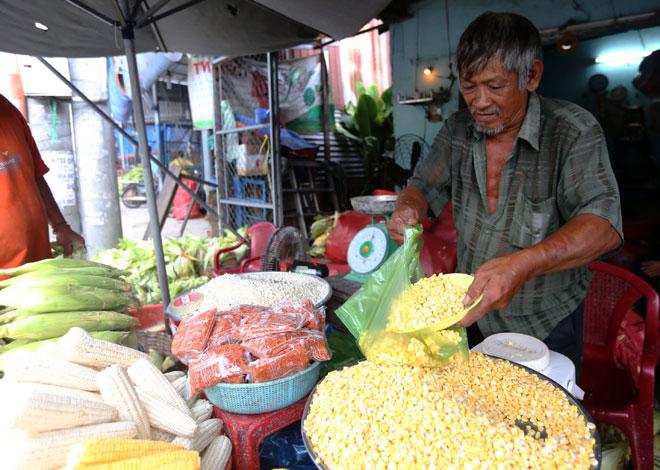 """Nhiều loại bắp được bày bán. """"Bắp hột thường được những người bán bắp xào tới đây lấy hàng vì giá rẻ và bắp ngon, ngọt hơn ở những nơi khác"""", ông Ly chia sẻ."""