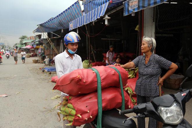 Theo các chủ vựa, công việc khuân vác thường do thanh niên, đàn ông làm, phụ nữ chủ yếu lựa bắp. Mỗi ngày tùy, các nhân công thu nhập từ 200-300 ngàn đồng.
