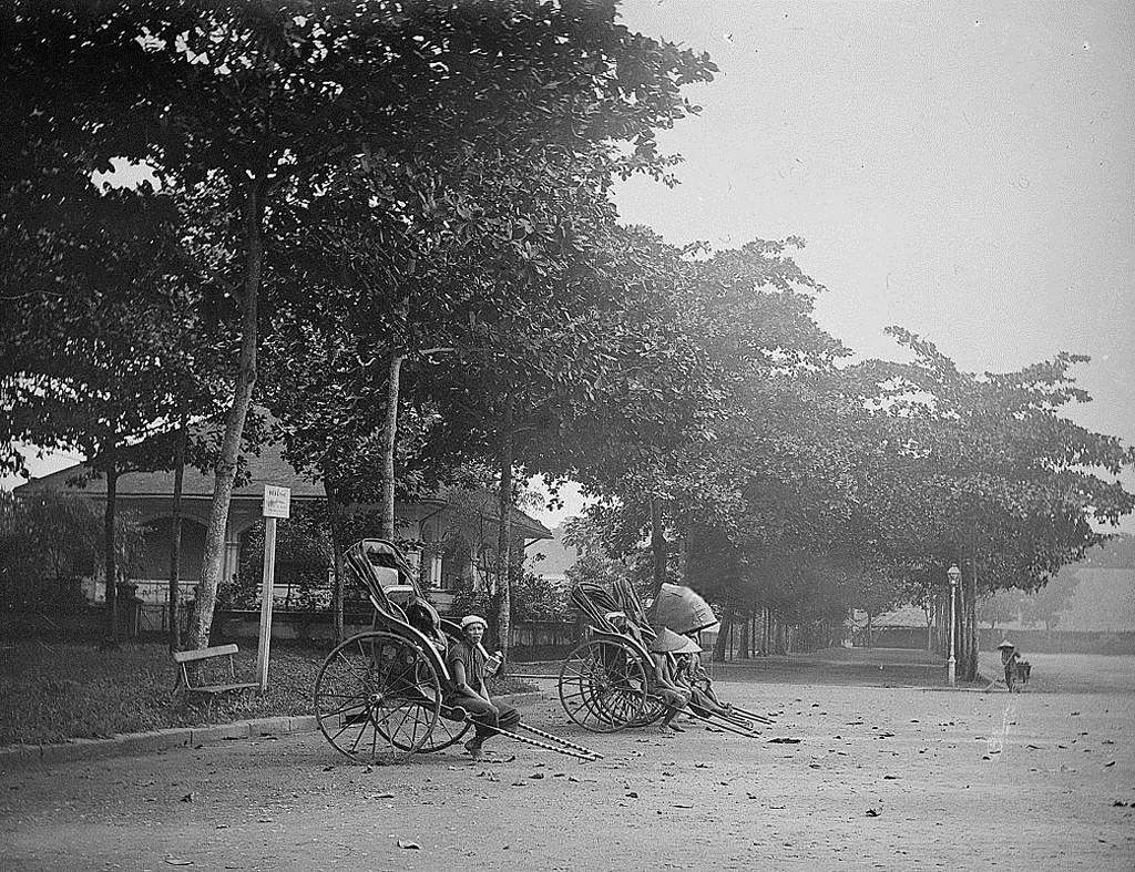 Năm 1883, xe kéo tay xuất hiện lần đầu tại Hà Nội do Thống sứ Jean Thomas Raoul Bonnal cho nhập khẩu từ Nhật Bản. Gần 15 năm sau, loại xe này mới có mặt trên đường phố Sài Gòn. Ảnh: Bến xe kéo tay ở Sài Gòn những năm 1901-1905. Ảnh tư liệu.
