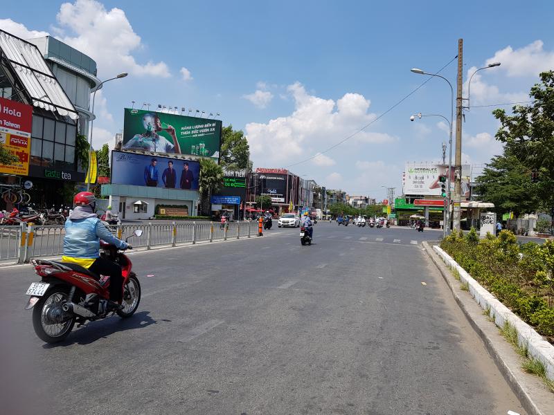 Đường Nguyễn Oanh căt Phan Văn Trị thưa thớt người đi lại.
