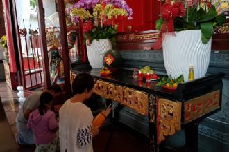 Chùa Ông, ngôi chùa cổ của người Hoa nằm trên đường Nguyễn Trãi, Q.5 là nơi người dân thường lui tới cầu tài lộc.