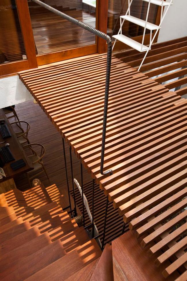Hành lang cũng được sử dụng hệ lam gỗ để ánh sáng có thể len lỏi xuống các không gian phía dưới