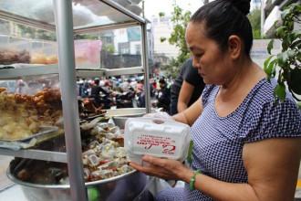 Xôi gà cô Lan nổi tiếng Sài Gòn vì ngon rẻ
