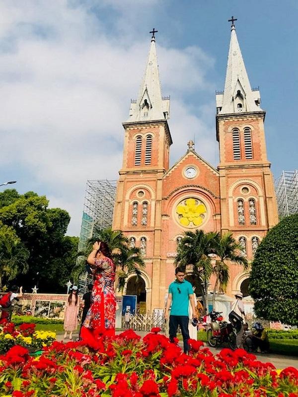 ừ sớm, người dân đến tự tập trước nhà thờ Đức Bà để chụp hình kỷ niệm