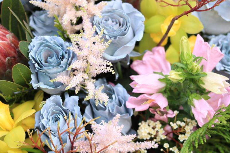 Năm nay thị trường hoa xuất hiện hoa hồng màu bạc, màu gold độc đáo chưa từng có tại Việt Nam. Theo cửa hàng hoa Flower box- đơn vị đầu tiên và thường xuyên nhập về loài hoa này nhất thì có một số khách hàng đặt những bình hoa đặc biệt lên tới 50-60 triệu đồng. Giá mỗi cành hoa là 200.000đ.