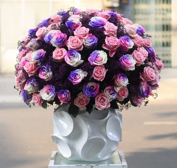 Bình hoa này được làm từ hơn 100 hoa hồng nhuộm màu có giá trị khoảng 45  triệu do một doanh nhân đi công tác xa gửi tặng bạn gái.