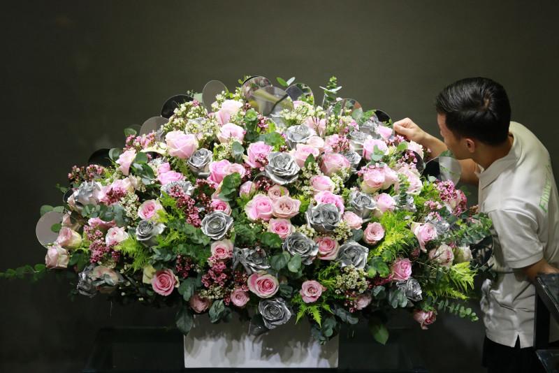"""Bình hoa hồng màu bạc nhìn rất khỏe khoắn và sang trọng, được anh T.K dành tặng vợ, anh chia sẻ : """"Valentine mọi năm tôi đều phải đi công tác, làm việc xa, năm nay trùng dịp Tết nên được quay quần bên gia đình, vì thế tôi muốn vợ có một ngày Valentine thật đặc biệt""""."""