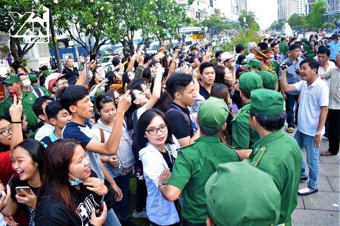 Dòng người hâm mộ đã có mặt từ rất sớm để đón các cầu thủ U23 Việt Nam