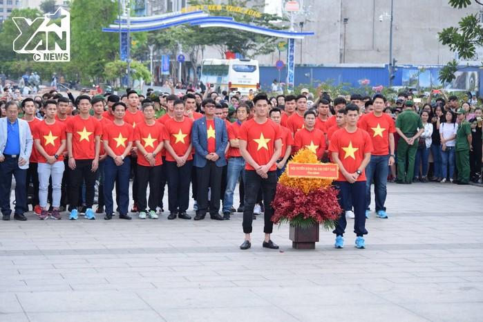 Đồi tuyển U23 dâng hoa tại tượng Bác Hồ