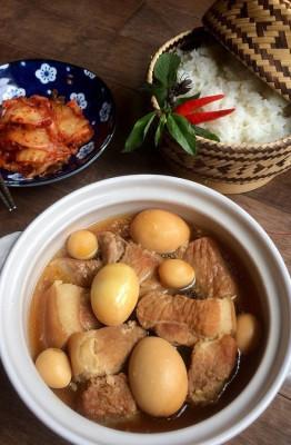 Thịt kho nước dừa  Vào những ngày giáp Tết, người miền Nam thường chuẩn bị một nồi thịt kho trứng thơm ngon để đãi khách. Thịt ba chỉ hoặc thịt đùi cắt khúc, nêm gia vị vừa ăn, nấu đến khi chín, cho trứng cút vào hầm chung với nước cốt dừa. Sự hòa quyện giữa vị béo ngậy của thịt, bùi bùi của trứng cùng vị thanh ngọt beo béo của nước dừa sẽ tạo nên một hương vị quyến rũ, nghe là thấy Tết ngay.