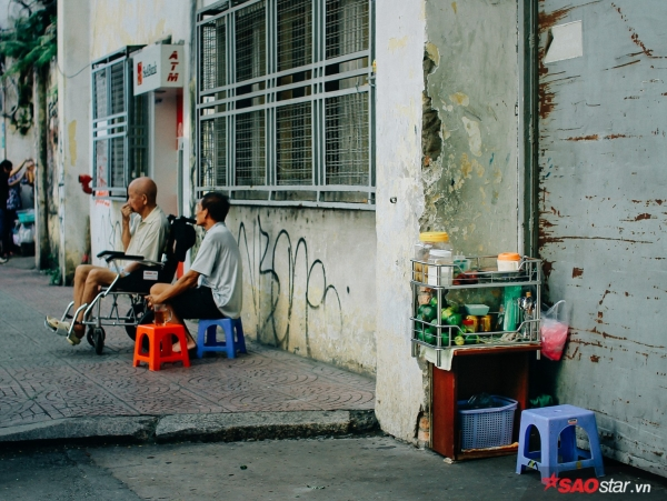 Sài Gòn hôm 30 Tết: Là sáng 7h, hai người bên chiếc ghế đẩu ngồi nhâm nhi tách cafe đen vỉa hè, nhìn ngắm phố phường Sài Gòn hôm nay vắng lặng đến lạ kì.