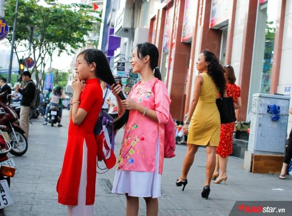 Sài Gòn hôm 30 Tết: là những tà áo dài cách tân xúng xính xuống phố. Tết ở nhiều nơi trong thành phố tổ chức cảnh đẹp nên tạo điều kiện cho nhiều người lưu lại khoảnh khắc đẹp ngày Tết.