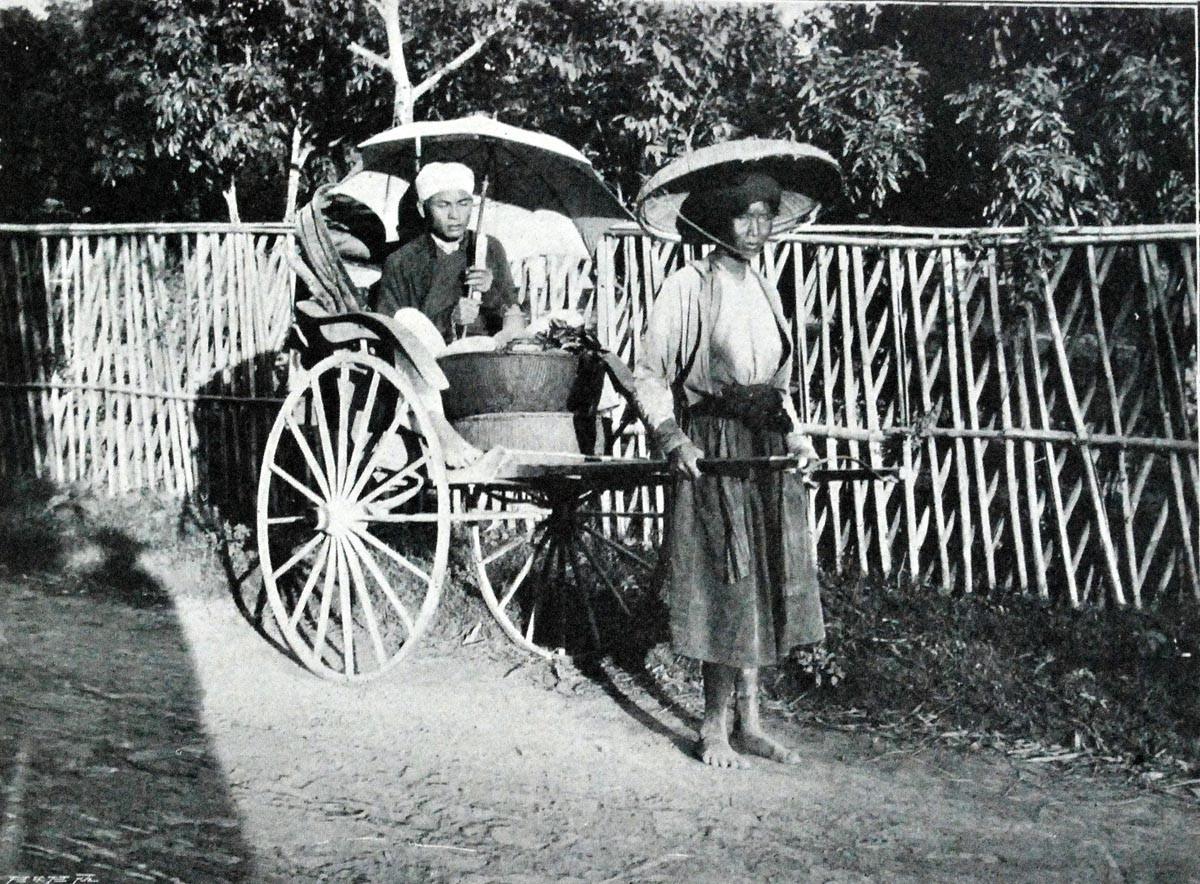Từ đầu thập niên 1940, xe xích lô xuất hiện và trở nên thịnh hành tại Việt Nam. Vai trò của xe kéo tay dần dần trở nên mờ nhạt. Ảnh tư liệu.