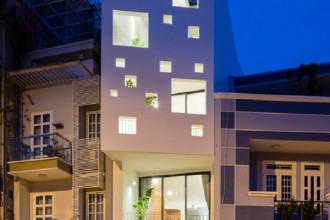 Ngôi nhà ở quận Bình Thạnh (TP HCM) có ưu điểm lớn là hướng nhìn ra kênh Nhiêu Lộc và công viên. Tuy nhiên, nhà lại làm trên khu đất khá hẹp (37 m2), có mặt tiền hướng Tây.
