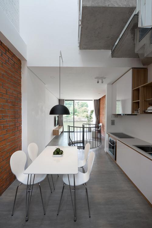 Khu sinh hoạt chung gồm phòng khách, bếp ăn được bố trí ở tầng 2 để tận dụng góc nhìn đẹp ra công viên, dòng kênh bên ngoài.