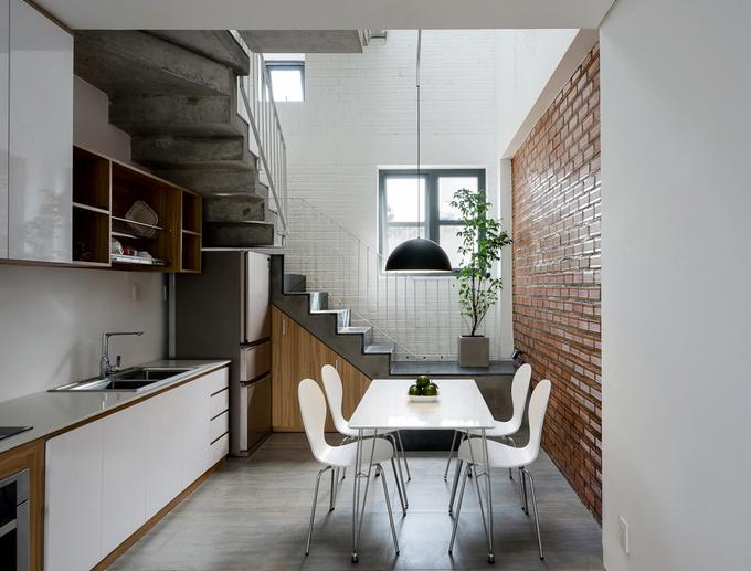 Khu bếp ăn gọn gàng với bộ bàn ăn linh hoạt, có thể xếp lại khi không cần sử dụng giúp nhà rộng rãi hơn.
