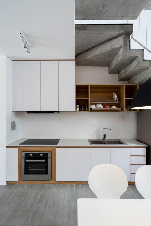 Vật liệu chính của nhà có tông màu trắng pha trộn gỗ sồi và những mảng trần bê tông thô để nhà được rộng hơn.