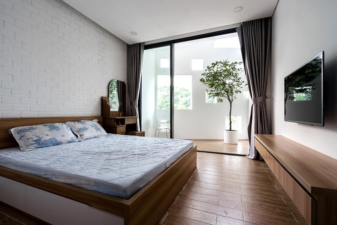 Do cách thiết kế mặt tiền vát với các ô trống hợp lý nên gia chủ có thể thoải mái mở cửa ở phòng ngủ mà vẫn đảm bảo được sự kín đáo, riêng tư.