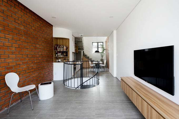 Lên tầng trên, cầu thang chuyển sang vật liệu bê tông và được bố trí sát phía sau nhà để tạo sự linh hoạt, cảm giác khác biệt khi di chuyển.
