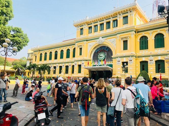 Rất đông du khách trong và ngoài nước đến Bưu điện TP để chụp hình kỷ niệm