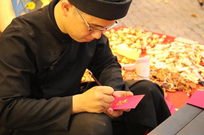 Các ông Đồ còn rất trẻ, phần lớn là sinh viên ngành mỹ thuật có niềm đam mê với thư pháp. Mỗi câu chúc vẽ tay tại chỗ theo ý khách hàng có giá dao động từ 20.000 đồng đến 50.000 đồng/tờ tùy loại.