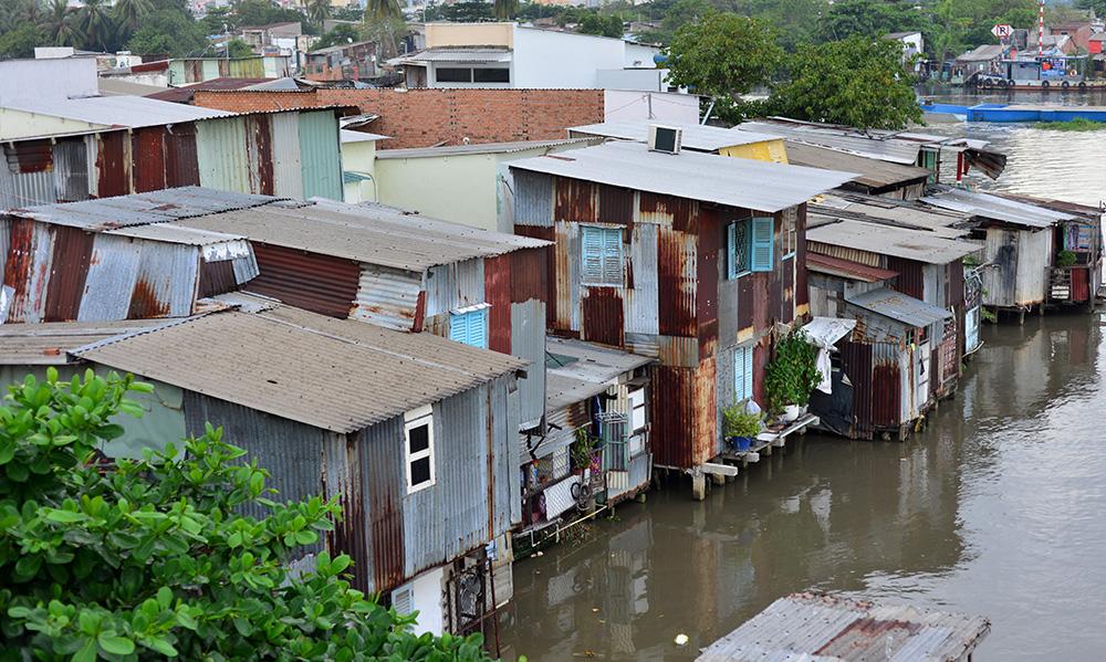 Hầu hết những căn nhà nơi đây đều được làm bằng những mảnh tôn chắp vá, giờ đã rỉ sét, mục nát.