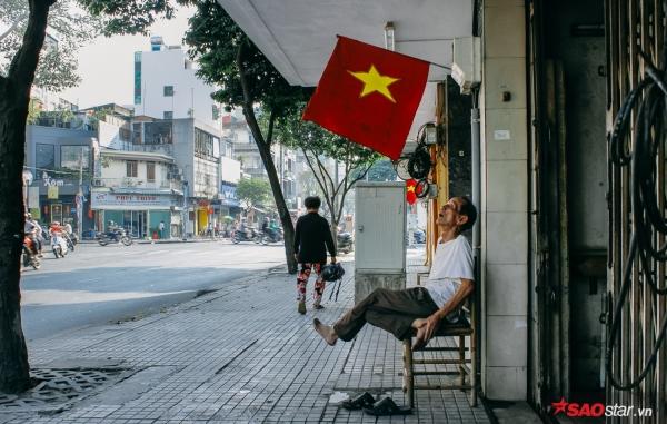 Sài Gòn hôm 30 Tết: Là ông cụ ngồi bó giò trên chiếc ghế gỗ nhìn ngắm đường phố mình rợp cờ hoa cuối năm. Thấy sao thật thân thương.