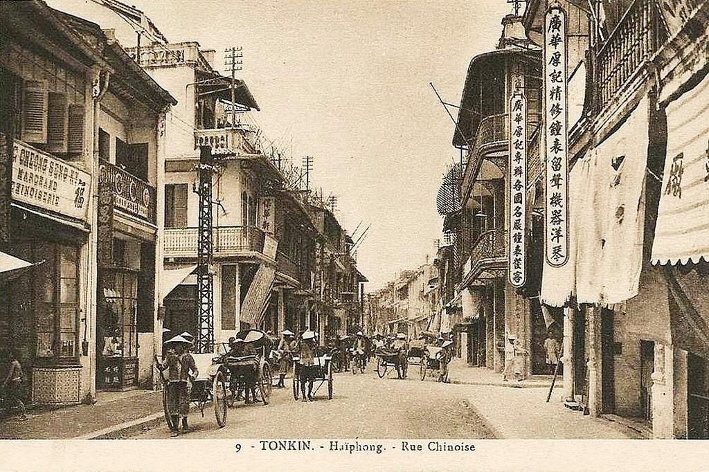 Xe kéo tay hoạt động trên phố Tàu ở Hải Phòng thời thuộc địa. Ảnh tư liệu