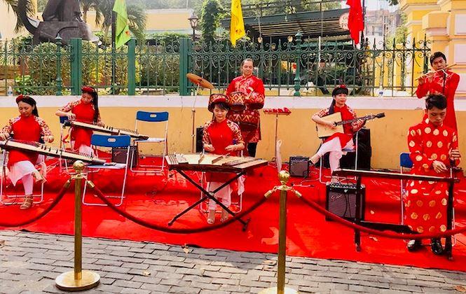 Trước Bưu điện TP, các nghệ sỹ diễn xướng các bản nhạc mang đậm chất truyền thống, ca ngợi con người Việt Nam anh dũng kiên cường, bất khuất